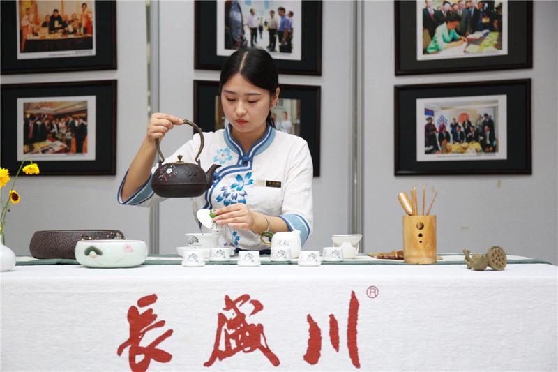 以茶会友,世界超模走进长盛川体验中国茶文化