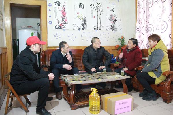 2019年1月19日,宜昌市政协常委、伍家岗区人大代表、澳门所有游戏网址副董事长、总经理何建刚等人来到合益路社区走访慰问困难群众。